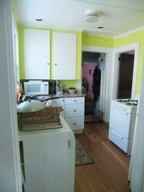 I picked this fun lime green for the kitchen. I think it's natural to have fun with paint color in a kitchen: no furniture to match and a smaller room in the house, why not?